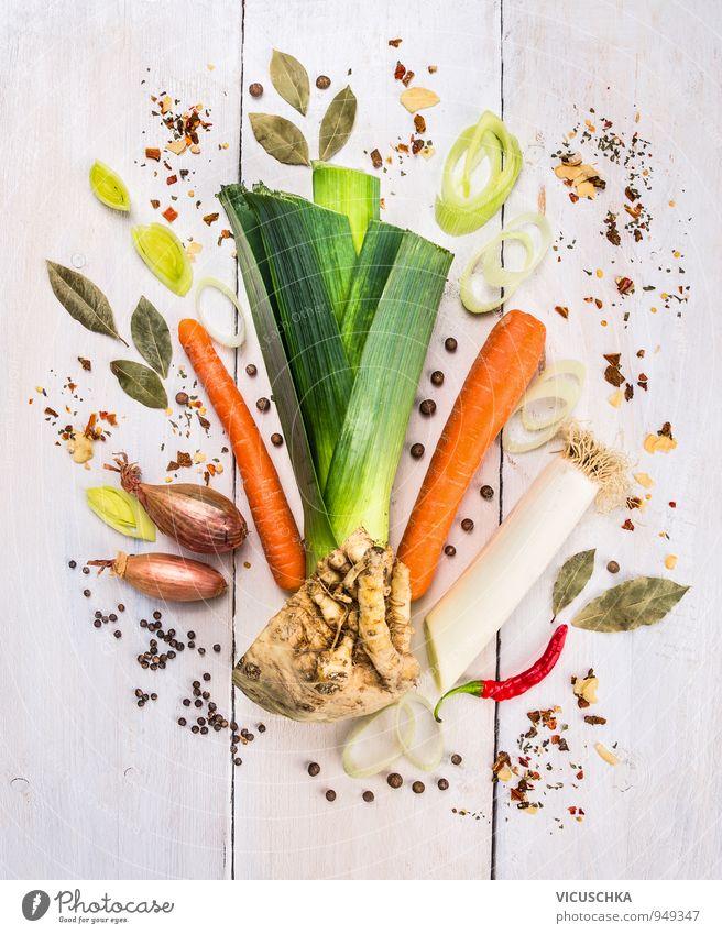 Suppengrün und Gewürze auf weißem Tisch Lebensmittel Gemüse Kräuter & Gewürze Ernährung Lifestyle Design Freizeit & Hobby Blumenstrauß gelb Chili Suppengemüse
