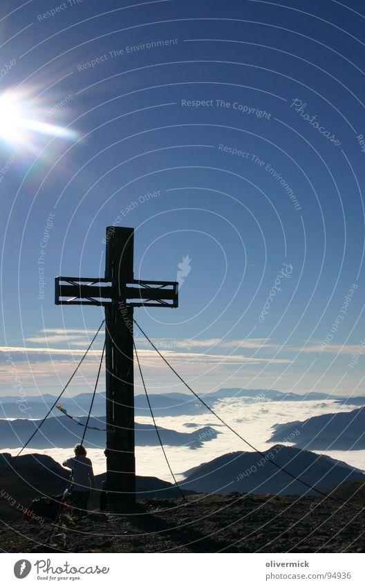 gipfelstimmung am hochschwab Gipfel Gipfelkreuz Stimmung Gegenlicht Sonnenstrahlen Bergsteigen Bergsteiger wandern Berge u. Gebirge Himmel blau wolkenmeer Alpen