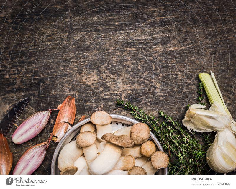Kräuterseitlinge Pilze mit Gewürzen und Thymian Natur alt grün Gesunde Ernährung Stil grau Holz Hintergrundbild braun Lebensmittel Lifestyle Freizeit & Hobby