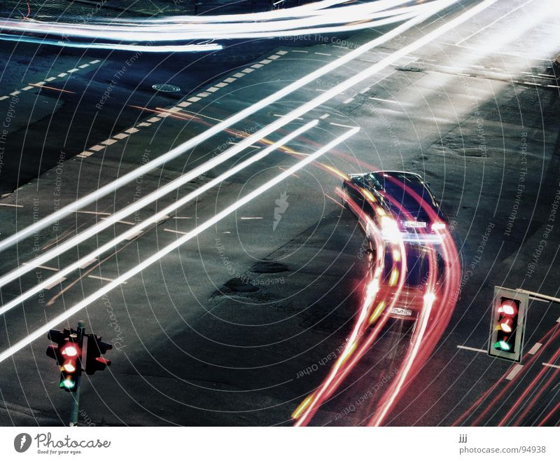 Jagdszene Ampel Radius Verkehr gleichzeitig Kreutzung PKW Licht Bogen Beleuchtung Linksabbieger Straße Blinken