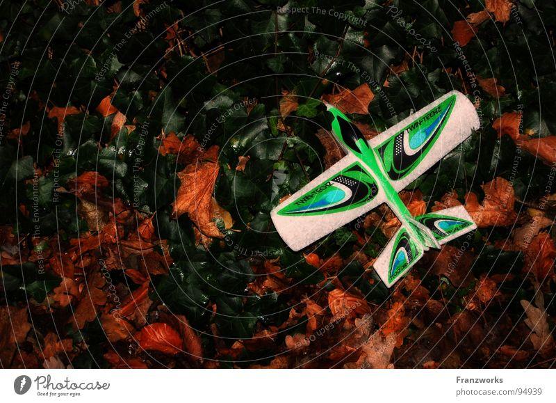 Kamikaze-flieger Flugzeug Pilot Spielzeug Segelflugzeug Blatt Hintergrundbild Efeu Spielen grün Freude schwebeflugzeug liegen Kindheit Außenaufnahme