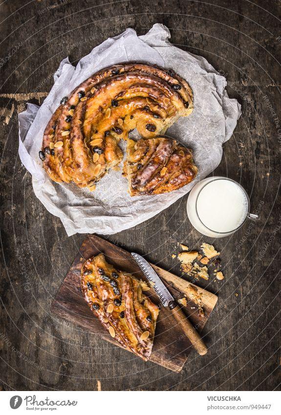 Geflochtene Kuchen mit Rosinen und Mandeln und Tasse Milch alt dunkel Stil Lebensmittel Lifestyle Freizeit & Hobby Design Ernährung Getränk Papier