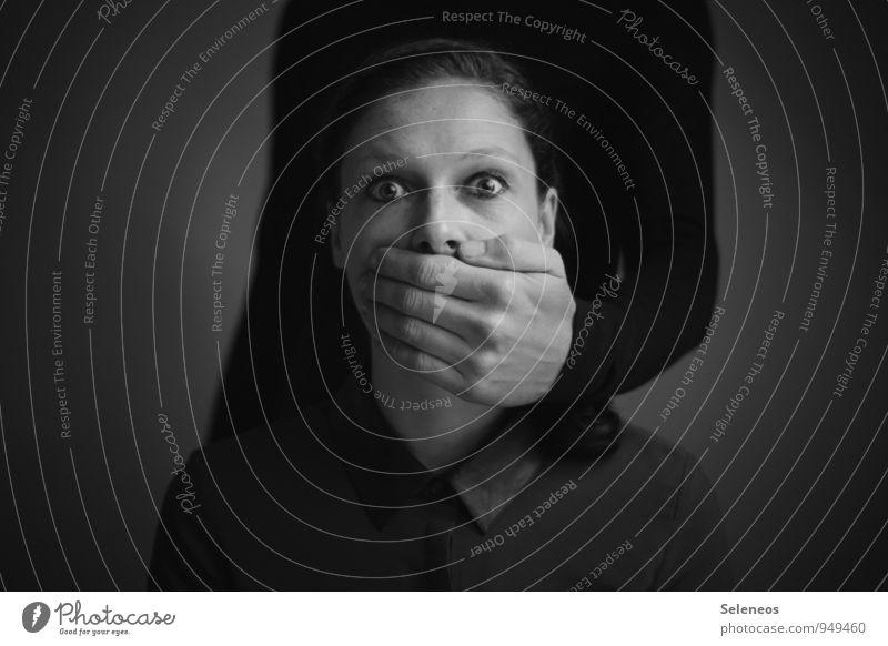 nichts zu sagen Mensch Frau Mann Hand Erwachsene Gesicht Auge feminin Haare & Frisuren Kopf maskulin Angst Haut gefährlich Finger Nase