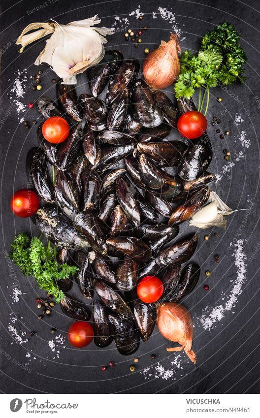 Rohe MiesMuscheln mit Tomaten und Gewürzen auf Schiefer Mensch Natur Meer schwarz Gesunde Ernährung Leben Sand Lebensmittel Design Ernährung Kochen & Garen & Backen Kräuter & Gewürze Gemüse Abendessen Diät Mittagessen