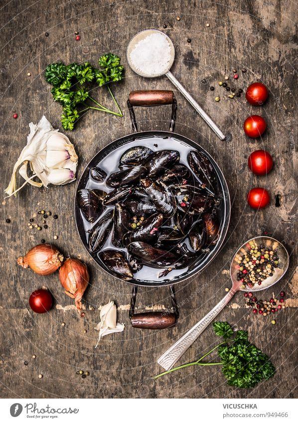 Frische Miesmuscheln in dem Topf mit Kräutern und Gewürzen alt Gesunde Ernährung Holz Lebensmittel Freizeit & Hobby Design Tisch Kochen & Garen & Backen