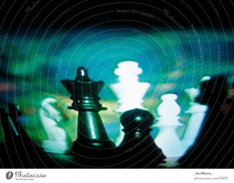 Verschwommene Strategie planen verlieren Pferd grün Bildpunkt Fernseher Makroaufnahme Nahaufnahme chess Schachbrett Unschärfe screen Dame König blau blured