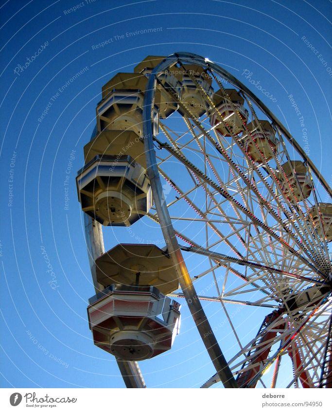 Der Blick hinauf zu einem Riesenrad mit blauem Himmel dahinter. gelb groß Jahrmarkt Karussell rund Dinge Freude hoch kreisen