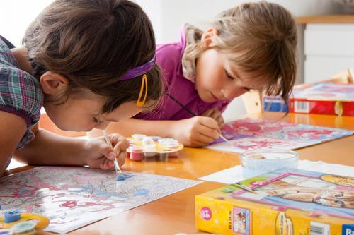Kreativ-Werkstatt Farbe Mädchen Freude Kunst Schule Freundschaft Freizeit & Hobby Kindheit Erfolg Kreativität lernen Idee einzigartig malen Bildung Leidenschaft