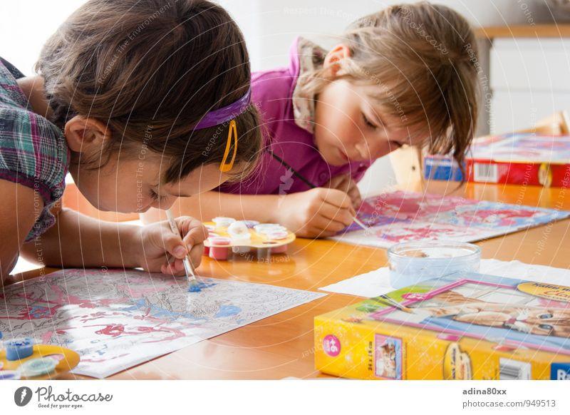 Kreativ-Werkstatt Kindererziehung Bildung Kindergarten Schule lernen Klassenraum Schulkind Schüler Mädchen Freundschaft Kunst Maler Kunstwerk zeichnen