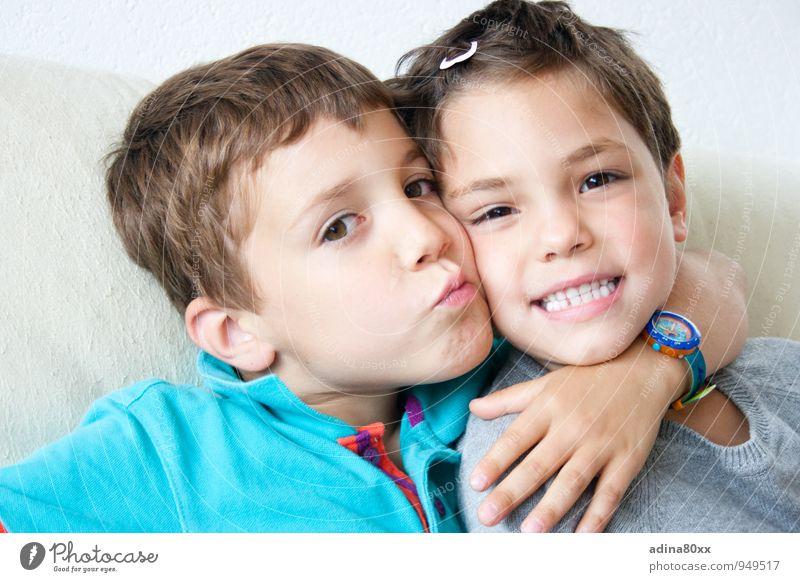 Freunde Kindererziehung Bildung Kindergarten Schulkind Geschwister Bruder Schwester Familie & Verwandtschaft Freundschaft festhalten Küssen Umarmen Freude Glück