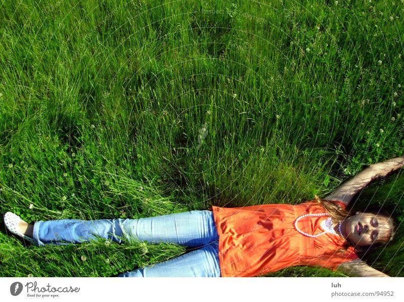 Mit dir chill'n. Wiese grün Gras mehrfarbig Mädchen Stil Erholung genießen Sommer Kind Jugendliche springen Frühling gammeln Rasen colorful liegen hohes gras