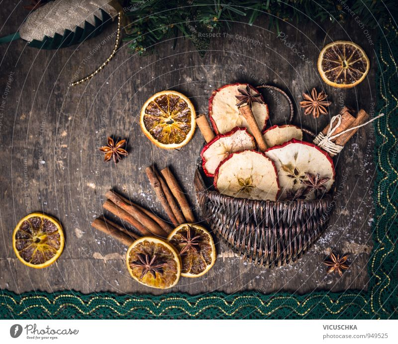 Trockenfrüchte mit Zimtstangen und Anis Sterne im Korb Dessert Lifestyle Design Freizeit & Hobby Winter Weihnachten & Advent Tradition Sternanis Hintergrundbild