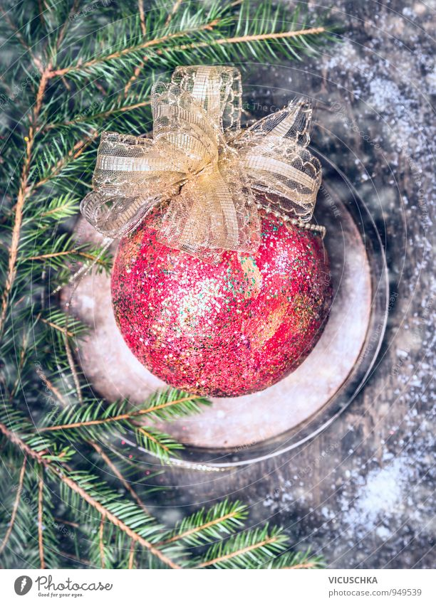 Weihnachtsschmuck mit roten Ball , Tanennenbaum und Schnee Natur alt Weihnachten & Advent Winter dunkel Schnee Holz Schneefall Lifestyle Freizeit & Hobby Design Dekoration & Verzierung Tisch retro Schnur Ball