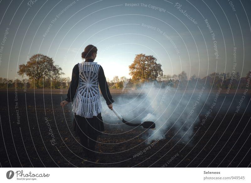 verbrannte Erde Mensch Himmel Natur Baum Landschaft Umwelt Herbst feminin Feld Landwirtschaft Rauch brennen Umweltverschmutzung Forstwirtschaft Streichholz