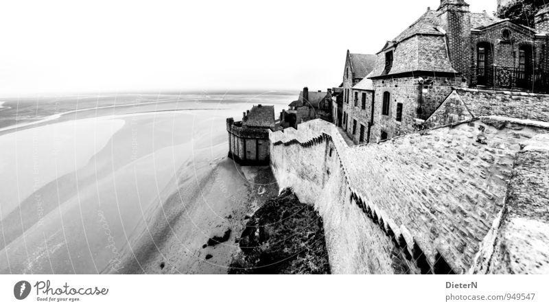 Le Mont-Saint-Michel Menschenleer Haus Bauwerk Gebäude Architektur Mauer Wand Sehenswürdigkeit Wahrzeichen grau schwarz weiß Atlantik Meer Ebbe Schwarzweißfoto