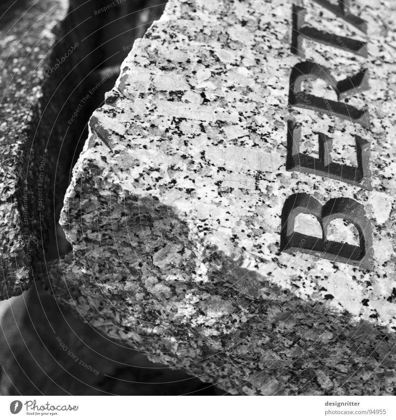 Vergessenheit Grab Grabstein kaputt vergessen Friedhof Vergänglichkeit Zerstörung weggeworfen Name Berta grave gravestone destroyed thrown away forgotten forget