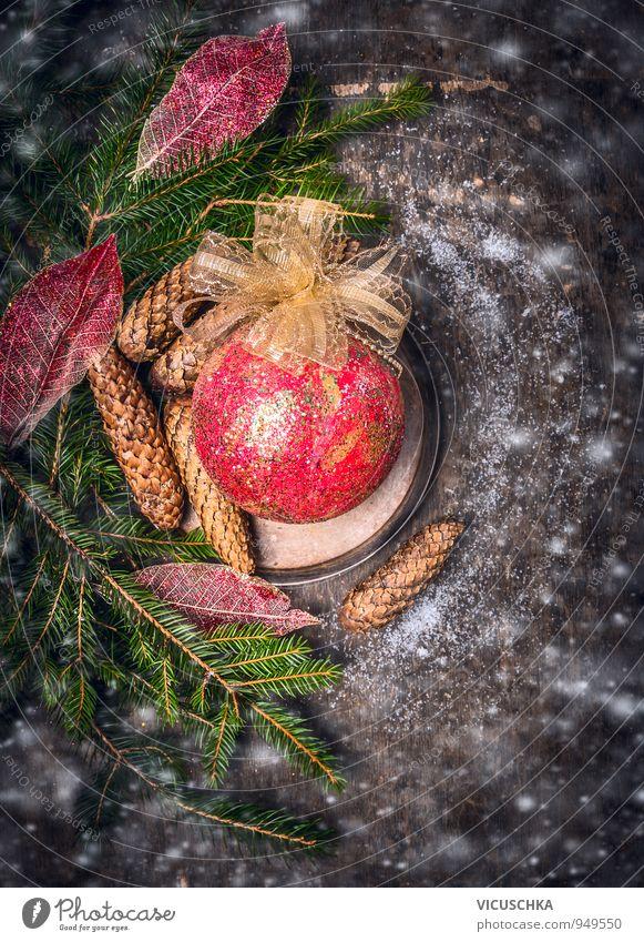 Weihnachtskarte mit rotem Kugel und Schnee auf dunklem Holz Weihnachten & Advent Winter dunkel Innenarchitektur Stil Hintergrundbild Stimmung Lifestyle