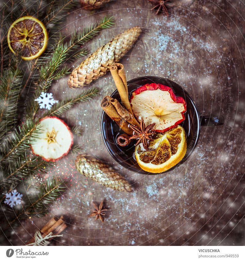 Glühwein mit Trockenfrüchten , Zimt und Anis Lebensmittel Getränk Heißgetränk Tee Alkohol Tasse Stil Design Winter trinken Holz Tradition Schneefall
