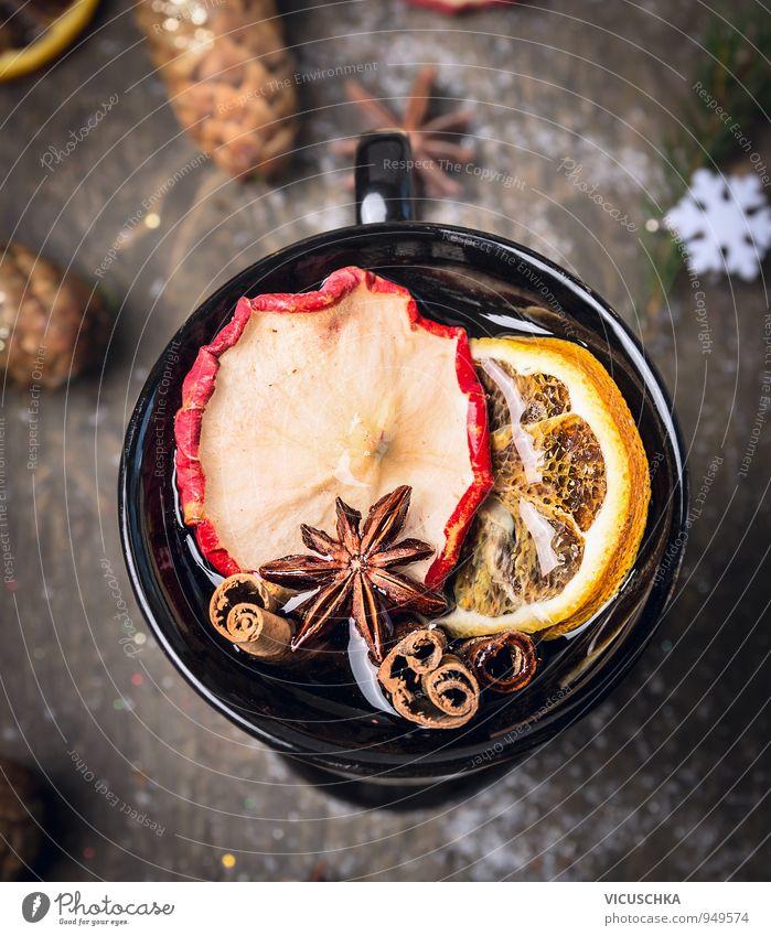 Tasse Glühwein auf dunklem Holz mit Schnee. alt Weihnachten & Advent Winter dunkel Wärme Holz Feste & Feiern Lebensmittel Schneefall Frucht Dekoration & Verzierung Design Getränk Kräuter & Gewürze Wein Tee