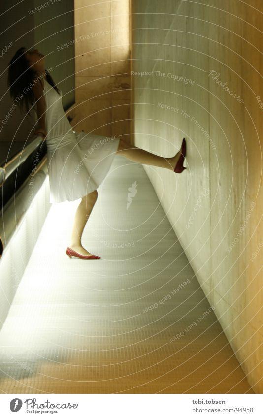 Licht für die Sinne Frau Kunstlicht Beton Rampe Kleid weiß grau Spanien Valencia dunkel Geländer muvim Blick Tag