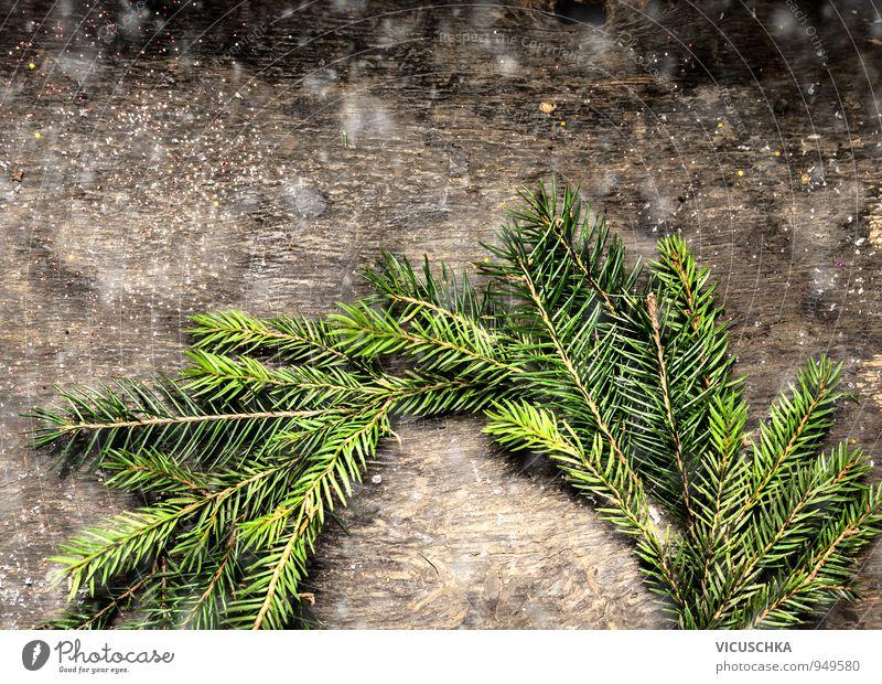 Weihnachtskarte mit Kranz aus Tannenzweigen. Natur Weihnachten & Advent Baum Winter dunkel Wand Schnee Holz Hintergrundbild Wohnung Lifestyle Freizeit & Hobby Design Postkarte Tradition Tanne