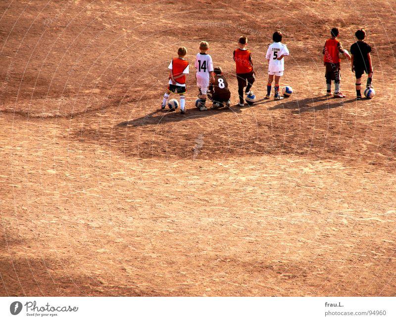 Training Kind Sport Junge Freizeit & Hobby warten Zukunft lernen Fußball Ziffern & Zahlen sportlich Ball Wüste Konzentration Sportverein Sport-Training Erwartung