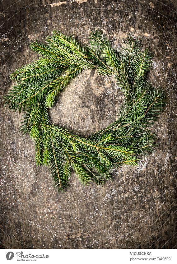 Kranz aus Tannenzweigen auf dunklem Holz Design Freizeit & Hobby Winter Weihnachten & Advent Natur retro braun grau grün Tradition Hintergrundbild