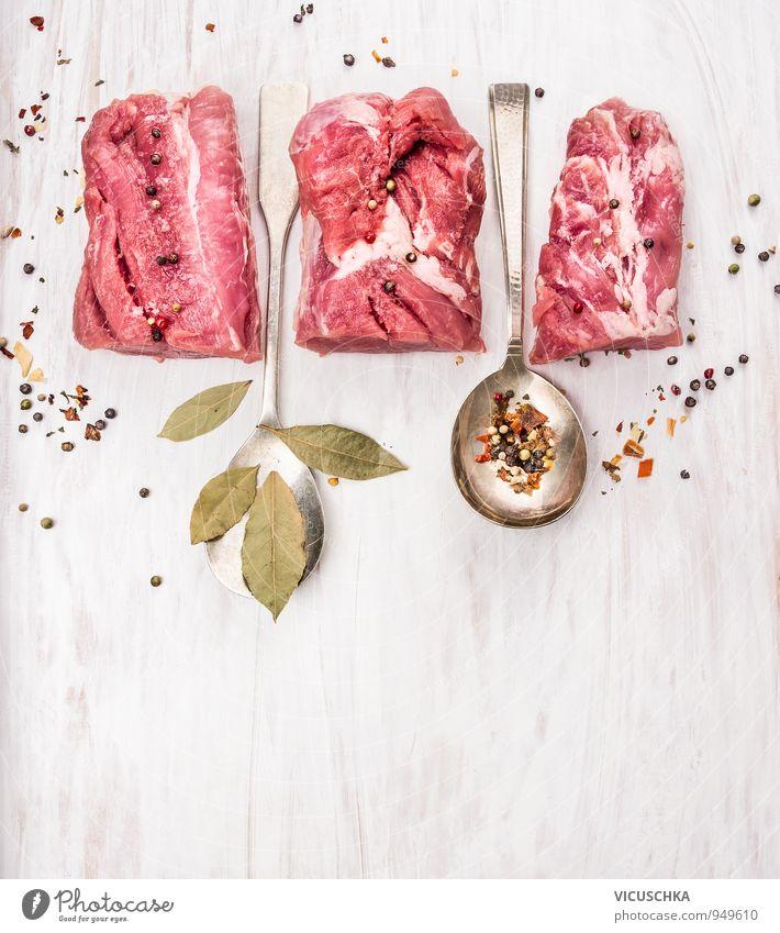 Schweinefilet mit Gewürzen und Lorbeerblatt in Löffel Lebensmittel Fleisch Kräuter & Gewürze Ernährung Mittagessen Abendessen Bioprodukte Diät Stil Design
