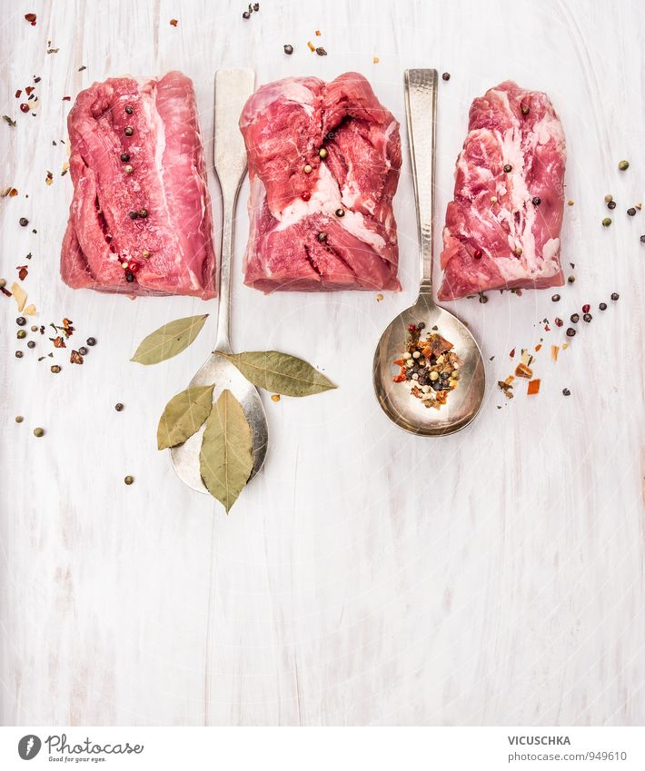 Schweinefilet mit Gewürzen und Lorbeerblatt in Löffel weiß Gesunde Ernährung Stil Holz Lebensmittel Wohnung Freizeit & Hobby Design Tisch 3
