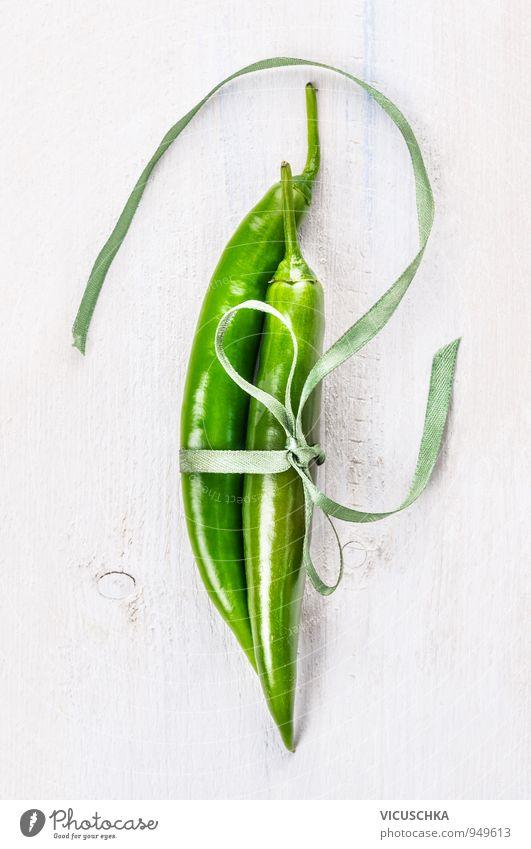 Zwei grüne Chilischoten mit Band gebunden Natur Stil Hintergrundbild Lebensmittel Lifestyle Freizeit & Hobby Design frisch paarweise Schnur Scharfer Geschmack