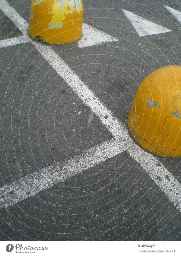 urban art white stripes and yellow dings gelb Straße Schilder & Markierungen Beton Pfeil Verkehrswege Parkplatz