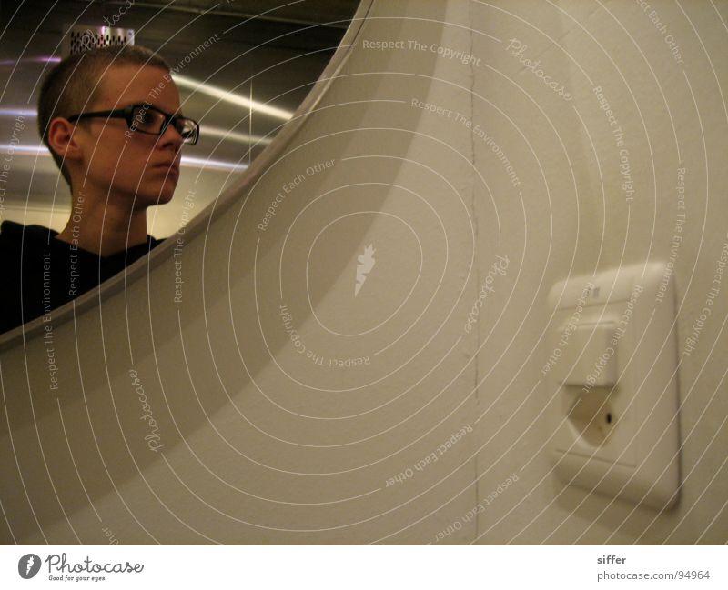 licht an für meine kurzen Haare Kurzhaarschnitt Brille Spiegel Lichtschalter Steckdose Reflexion & Spiegelung Wand schwarz Mann unsozial Chrom weiß Pullover Bla