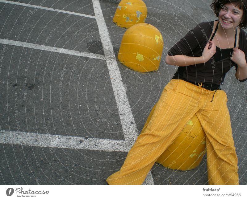 jello girl vs. urban art gelb Parkplatz Linie Beton Verkehrswege Schilder & Markierungen Steifen Straße