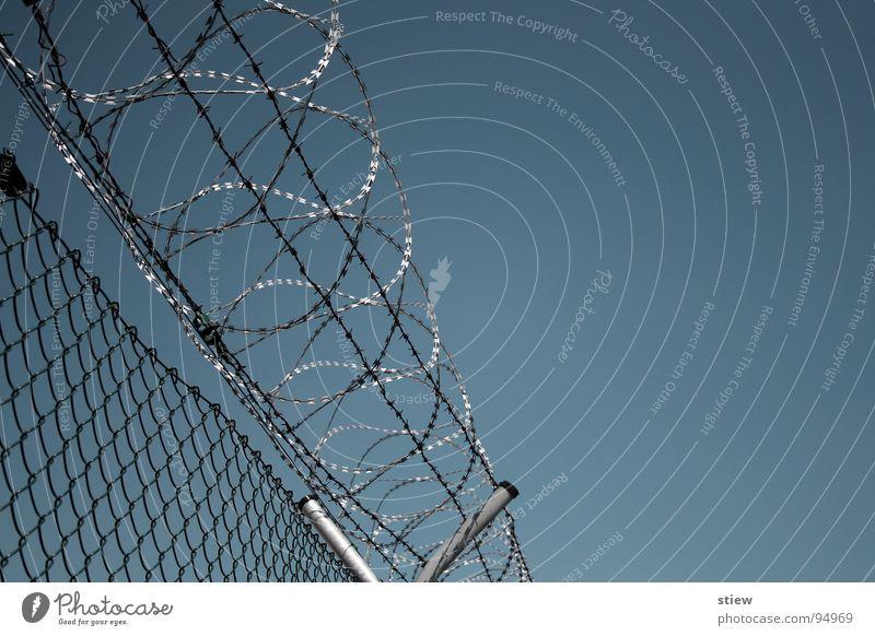 privatsphäre Stacheldraht zynisch Zaun Maschendraht Mauer geschlossen böse eng Unterdrückung erdrückend Industrie Angst Panik stachlich feindsehlig hoch Himmel