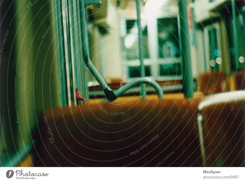 Wiener U6 festhalten U-Bahn fahren Sitzgelegenheit Verkehr Abend Innenbeleuchtung Stehplätze. Fahrerkabine