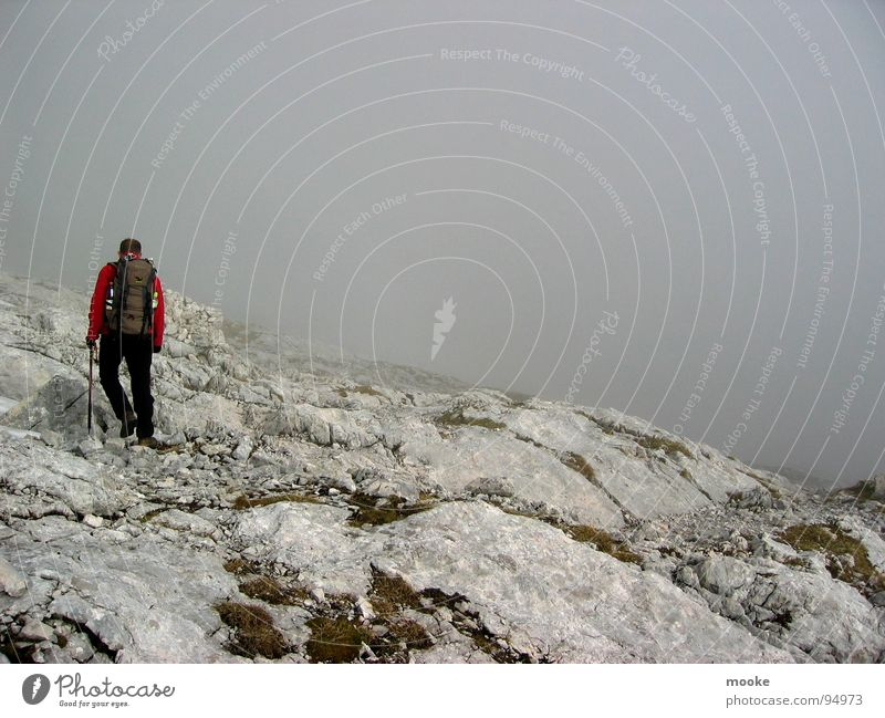 Alpspitze one Einsamkeit Wolken Nebel grau Bergsteiger wandern Wetterstein Garmisch-Partenkirchen dunkel Berge u. Gebirge hoch karg Felsen Stein