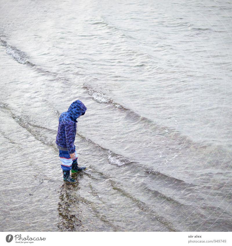 platsch Mensch Kind Kleinkind Kindheit 1 3-8 Jahre Umwelt Wasser Herbst Klima schlechtes Wetter Wind Ostsee Meer Bekleidung Regenjacke Stiefel Spielen nass kalt