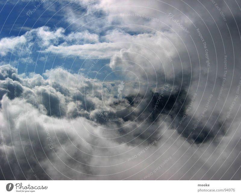 Über Den Wolken Himmel weiß blau schwarz grau Wind Wetter fliegen hoch Vergänglichkeit verwaschen verweht