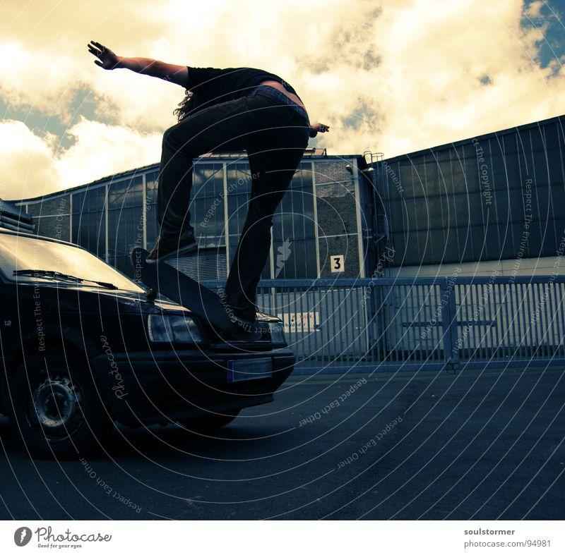 Car skate I Jugendliche Wolken Straße Sport springen Spielen PKW Luft fliegen 3 verrückt Industrie kaputt Skateboarding Dynamik Skateboard