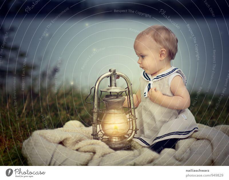 Am See Mensch Kind Natur blau schön Mädchen gelb feminin Liebe natürlich Glück Lampe See träumen leuchten Kindheit