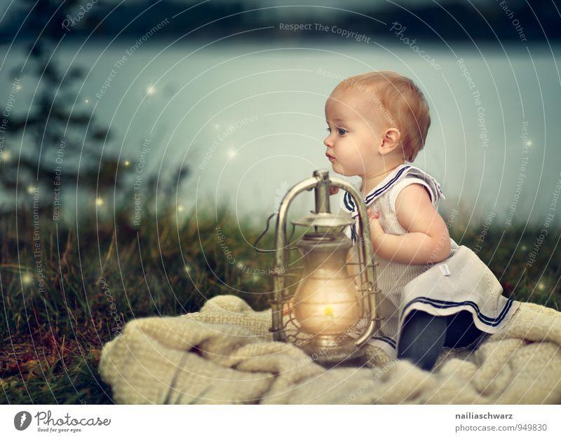 Baby am See Mensch Kind Natur blau schön Landschaft Mädchen gelb natürlich Glück Lampe Stimmung träumen Kindheit Bekleidung