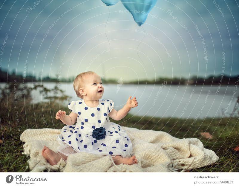Baby at the Lake Kind Natur blau schön Landschaft Freude Mädchen feminin lustig Glück See fliegen braun Kindheit sitzen Fröhlichkeit