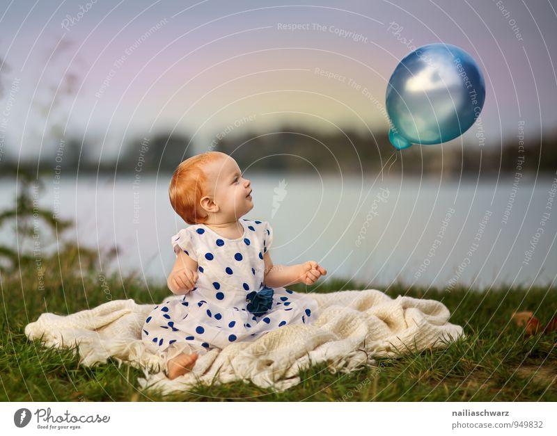 Mädchen und der Luftballon Mensch feminin Kind Baby Kleinkind Kindheit 1 0-12 Monate Natur Seeufer Teich Bekleidung rothaarig beobachten fliegen leuchten