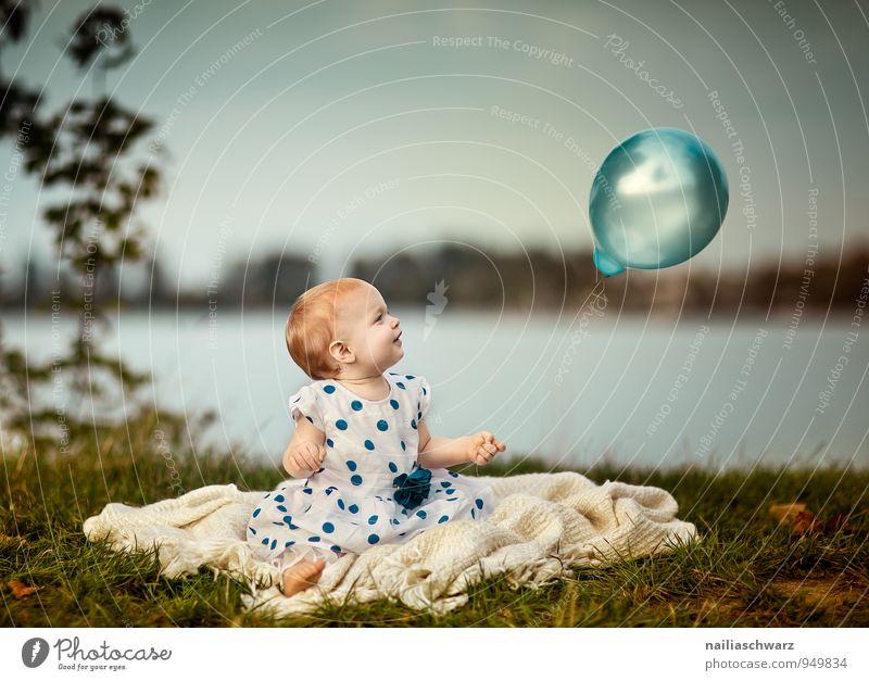 Mädchen am See blau schön grün Freude Wiese feminin Glück Stimmung Horizont glänzend Kindheit sitzen Fröhlichkeit Bekleidung