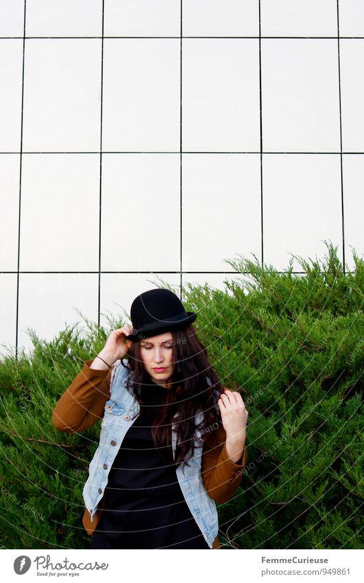 Urban01 Mensch Frau Natur Jugendliche Stadt Junge Frau 18-30 Jahre Erwachsene feminin Stil Mode Fassade Stadtleben modern Sträucher Kreativität
