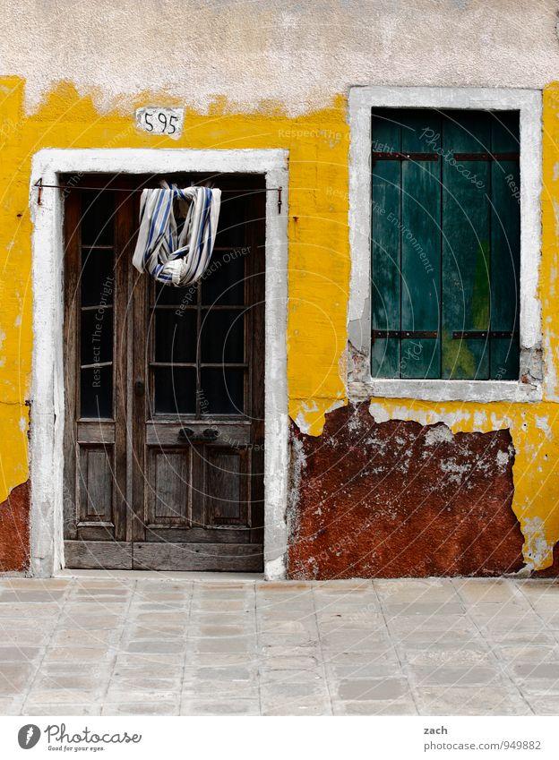der Charme des Maroden Stadt Haus Fenster gelb Wand Straße Architektur Wege & Pfade Mauer grau Fassade Häusliches Leben Tür Platz Italien Dorf
