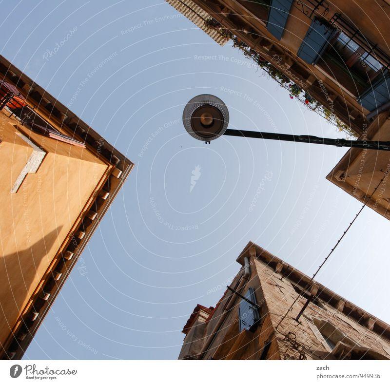 Ecken (und Kanten) Ferien & Urlaub & Reisen blau Haus Fenster Wand Architektur Gebäude Mauer Lampe braun Fassade Häusliches Leben Tourismus Italien