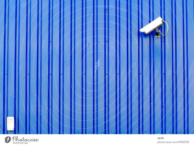 von rechts blau Stadt Wand Mauer Freiheit Linie Fassade Angst Technik & Technologie beobachten bedrohlich Zukunft Schutz Sicherheit Wachsamkeit Kontrolle