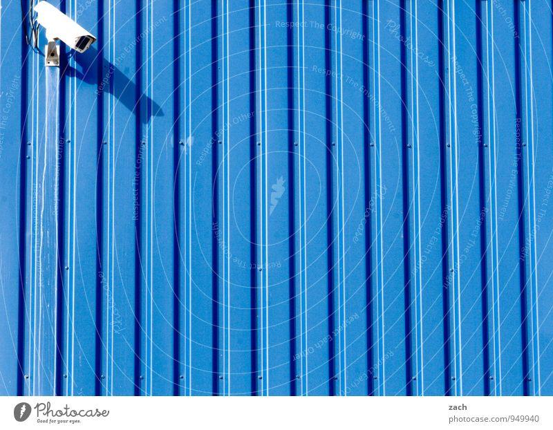 von links blau Stadt Wand Mauer Freiheit Linie Fassade Angst Technik & Technologie beobachten bedrohlich Zukunft Schutz Sicherheit Wachsamkeit Kontrolle