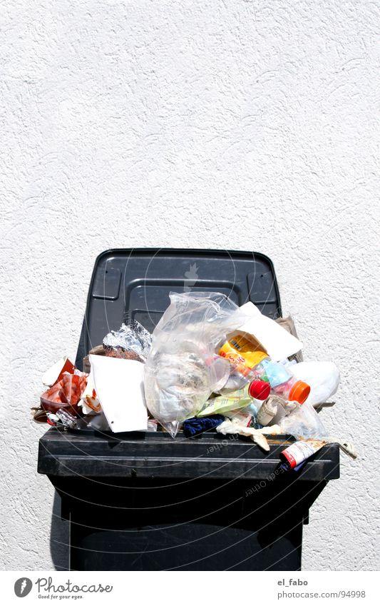 bitte werfen sie eine münze ein... Haus Wand Stein Mauer Kunst offen Papier Zeitung Flasche chaotisch Karton trashig Rügen Gully Kunsthandwerk Pfand